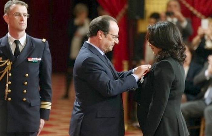 François Hollande a remis  mercredi au Palais de l'Elysée  les insignes de Chevalier de la Légion d'Honneur à Nawal El Moutawakil